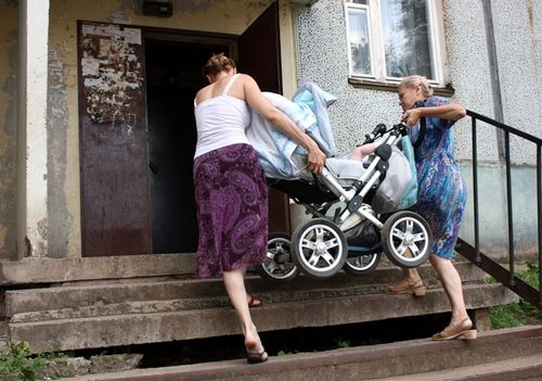 Советы по подъему коляски по лестнице