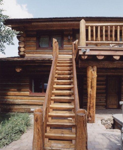 Изготовление деревянной лестницы на улице