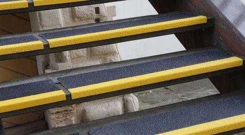 Характеристики и выбор противоскользящих уголков на ступени