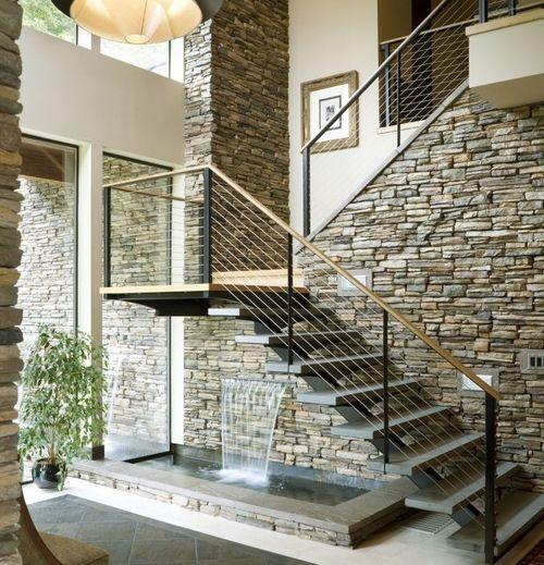 Серые лестницы на второй этаж в доме