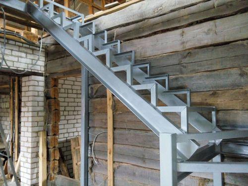Лестница из уголка и швеллера