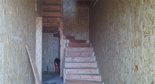 Какую лестницу сделать в доме из СИП панелей