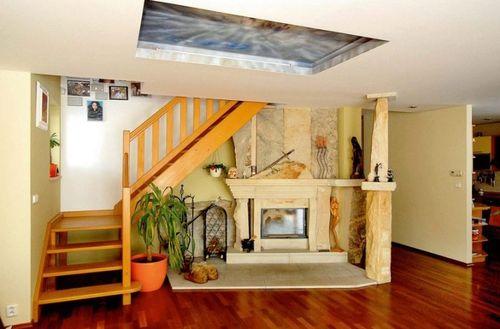 Варианты оформления каминов под лестницей